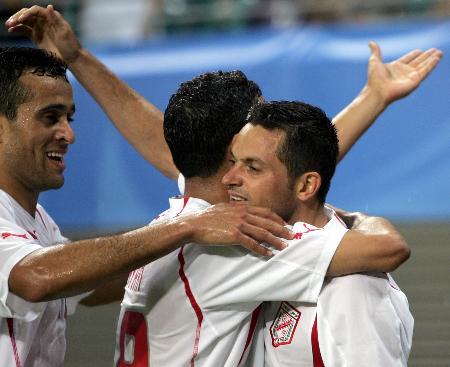 图文-联合会杯突尼斯2-0澳大利亚众队友庆祝进球