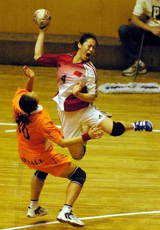 图文-全国女子手球锦标赛赛况吴亚楠大吼一声射门