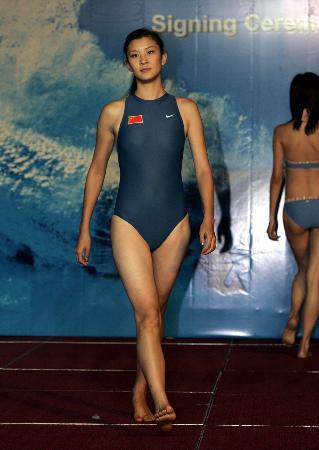 耐克展示泳装 >正文  查看全部体育图片循环图片   6月30日,模特在