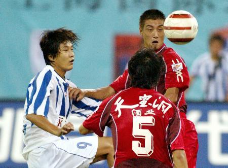 图文-上海国际2-1重庆力帆杜苹以一敌二
