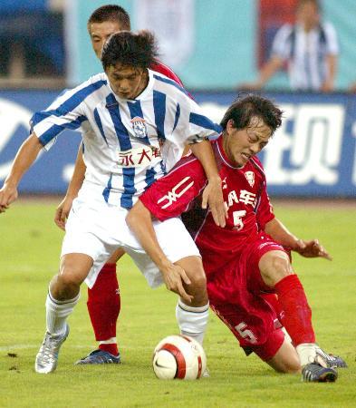 图文-上海国际2-1重庆力帆王超奋力防守