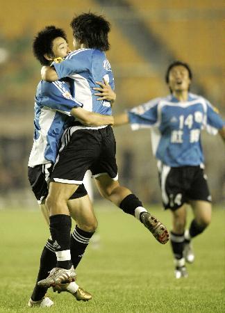 图文-北京现代3-4大连实德实德队员欢庆进球