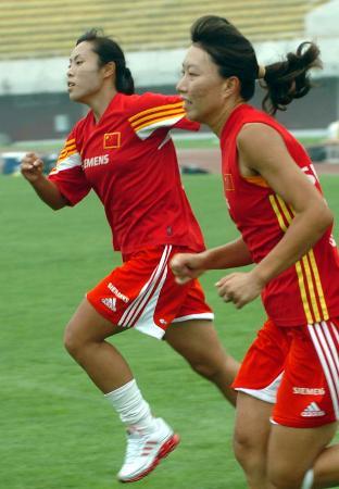 图文-中国女足备战中澳对抗赛队员进行跑步训练
