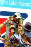 图文-环青海湖自行车赛第2赛段西米奥尼接受祝贺