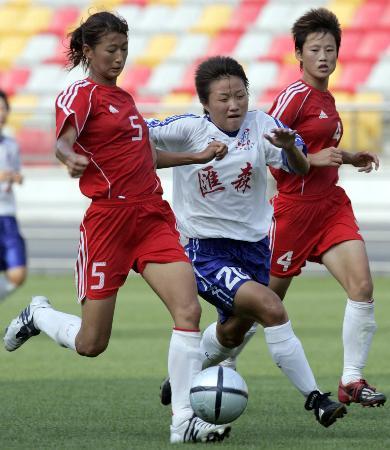 图文-中国女足训练赛2-1胜天津王坤防守对方队员