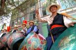 图文-环湖赛第七赛段赛况土族群众敲鼓为车手助威