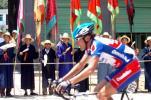图文-环湖赛第七赛段土族群众节日服装欢迎车手