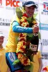 图文-环青海湖自行车赛第八赛段马丁喜洒香槟