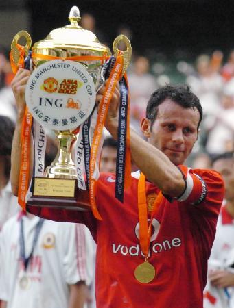 图文-曼联2-0胜中国香港联队吉格斯高举奖杯