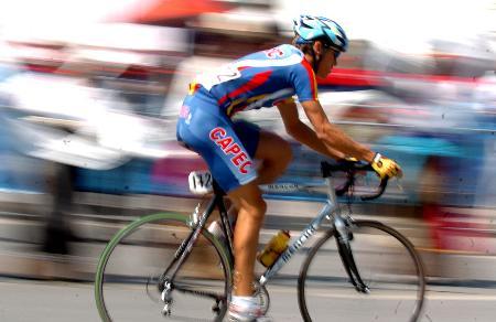 图文-环湖自行车赛落幕参赛车手在西宁市快速骑行