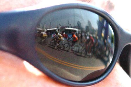 图文-环湖自行车赛落幕戴墨镜西宁市民观看比赛