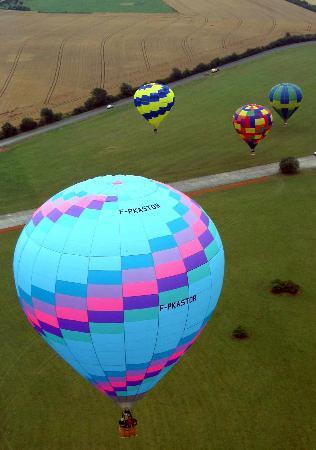 图文-洛林国际热气球放飞 五彩气球随风飘扬