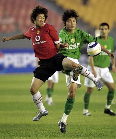 图文-北京现代0-3曼联朴智星飞身抢球
