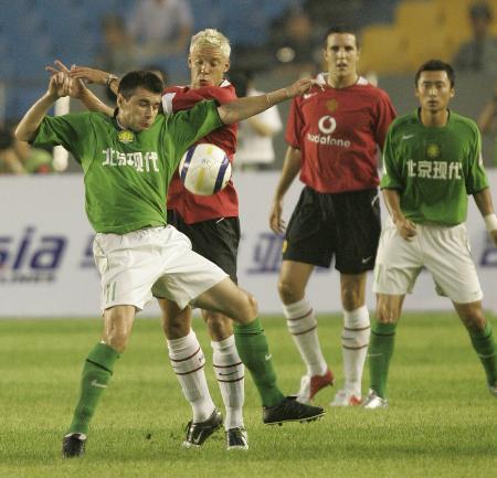 图文-北京现代0-3曼联两队上演太极推手
