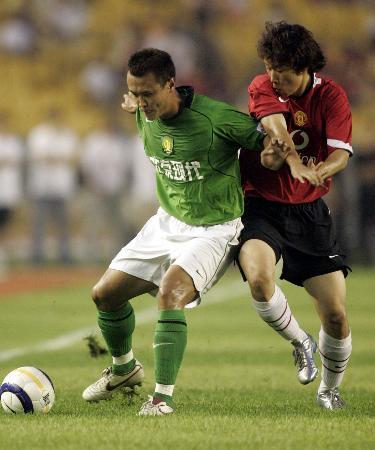 图文-北京现代0-3英超曼联朴智星对抗徐云龙