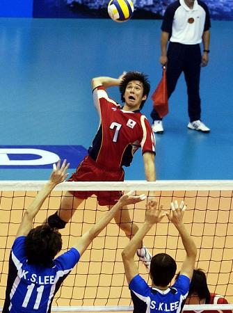 亚洲挑战杯男子排球赛开战 日本球员扣球瞬间