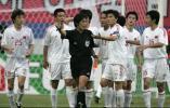 图文-中国战平韩国中国男足队员与主裁判争辩
