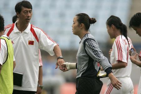中国女足0 2惜败韩国教练安慰员肖珍