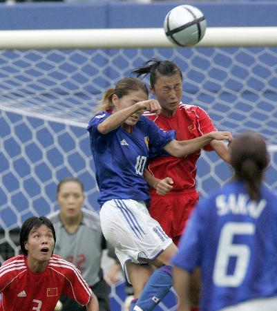 图文-[女足四强赛]中国VS日本头球争顶互不相让