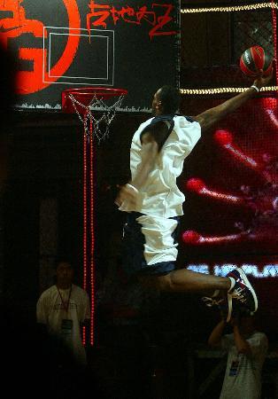 图文-詹姆斯亲临街头篮球争霸赛决赛詹姆斯扣篮