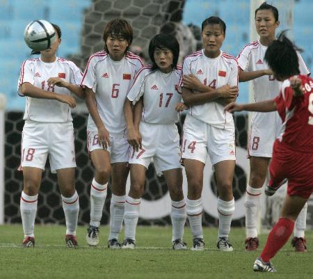 图文-中国女足垫底东亚四强赛 玫瑰接受任意球洗礼