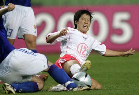 图文-东亚四强赛韩国女足夺冠 郑贞淑门前抢点