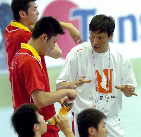 图文-中国队负于比利时队主教练马世骥指导队员