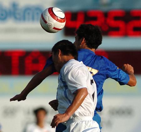 图文大运会中国男足0-5意大利双方球员争顶