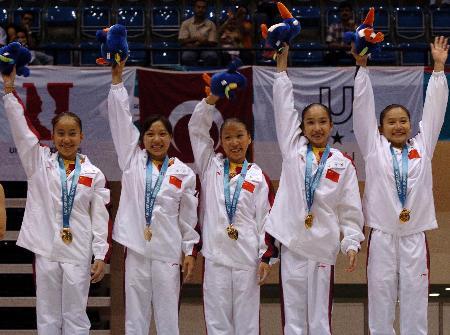 图文-大学生运动会中国女队为夺首金向观众致意