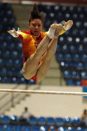 图文-大运会中国体操女队夺首金陈淼洁空中跃起