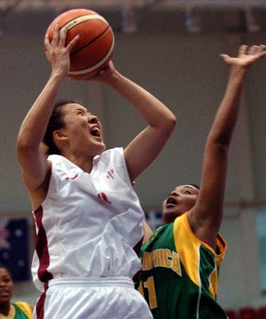 图文-大运会中国女篮大胜南非队王莹妮突破上篮