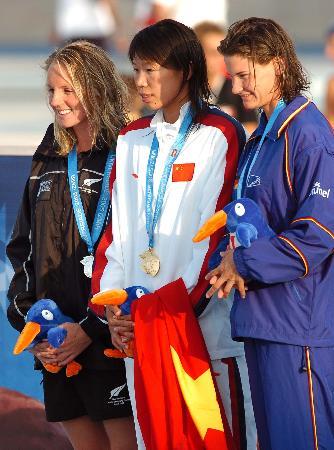图文-大运会齐晖200米混泳夺魁前三名合影
