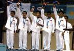 图文-中国体操男团夺得季军队员们向观众致意