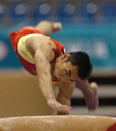 图文-中国体操男团夺得季军梁富亮在鞍马比赛中