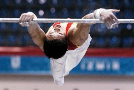 图文-中国体操男团夺得季军王恒在单杠比赛中