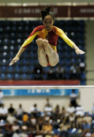 图文-世界大运会范晔体操全能封后高低杠比赛