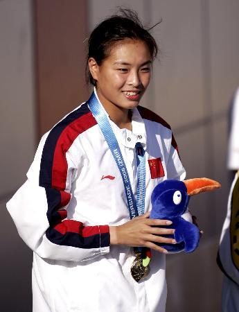 图文-世界大运会吴敏霞一米板跳水夺冠后领奖