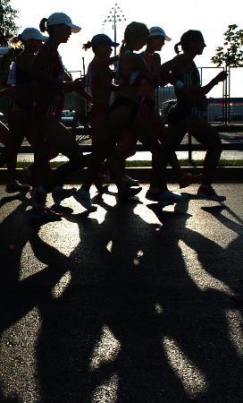 图文-大运会女子20公里竞走选手们在比赛中