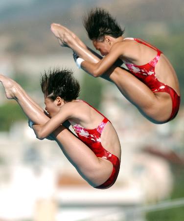 图文-大运会中国获女子双人10台金牌屈体抱膝旋转