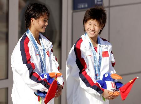 图文-大运会中国获女子双人10台金牌颁奖笑得多甜