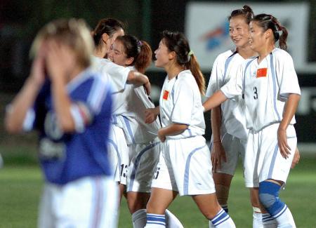 图文-中国闯入大运会女足决赛中国队员欢欣鼓舞