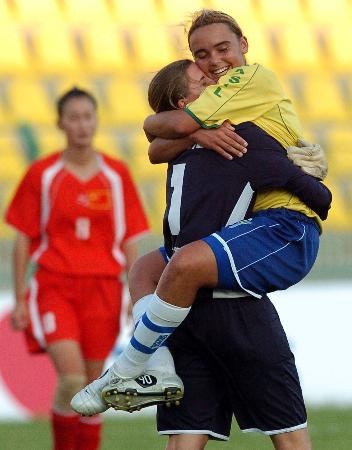 图文-中国女足惜败巴西获亚军巴西队员夺冠欢庆