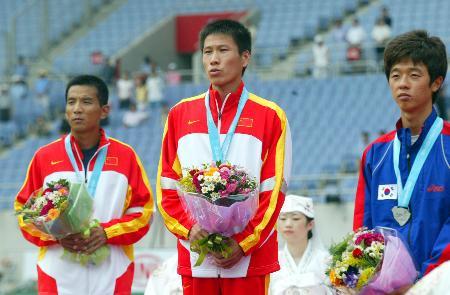 图文-吕荣华田径亚锦赛摘金前三名在颁奖仪式上