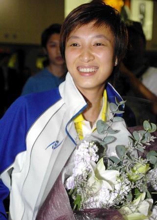 中国香港乒乓球队凯旋女单冠军林菱亮相