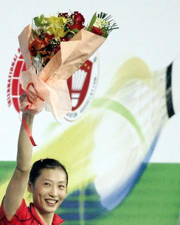 图文-羽毛球大师赛张宁封后手举鲜花答谢观众