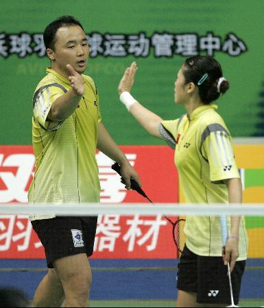 图文-中国羽毛球大师赛鸣金张军/高��击掌庆贺