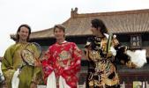 图文-西班牙网坛三杰亮相太庙哥三龙袍加身