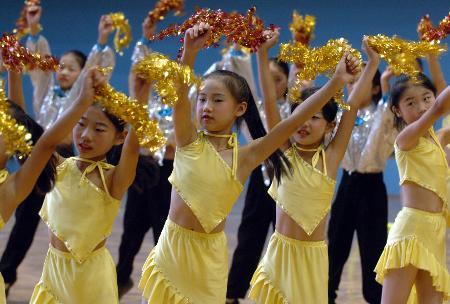 美术-我为十运去喝彩精彩的小学生拉拉队图文舞蹈蓝猫小学图片