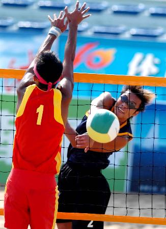 图文-十运会沙滩排球开赛张峰在比赛中进攻