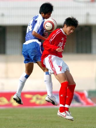 图文-全国U17足球联赛赛况陈子介在积极拼抢
